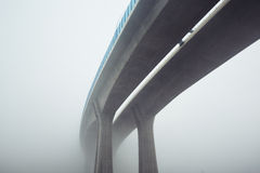 Carretera elevada en niebla del misterio Fotografía de archivo libre de regalías