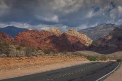 Carretera en barranco rojo de la roca imagen de archivo libre de regalías