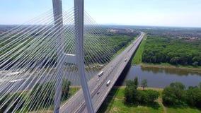 Carretera en el río Alto puente almacen de metraje de vídeo