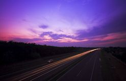Carretera en la noche imagenes de archivo