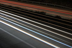 Carretera en la noche con tráfico Fotos de archivo libres de regalías