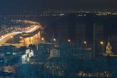 Carretera en la noche a lo largo del río de Dnieper con los trazalíneas y las luces, el puente de La Habana y la calle de Naberez Fotografía de archivo