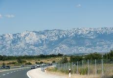 Carretera en montañas Foto de archivo libre de regalías