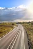 Carretera en un día asoleado Imagenes de archivo