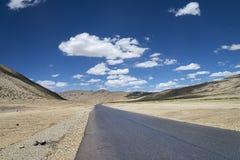 Carretera entre meseta plana de la mucha altitud Foto de archivo libre de regalías