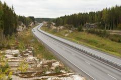 Carretera entre rocas del granito en otoño temprano. Imagenes de archivo