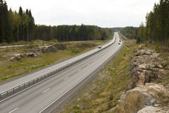 Carretera entre rocas del granito en otoño temprano. Imagen de archivo
