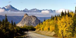 Carretera Estados Unidos de Matanuska River Valley Alaska de las montañas de Chugach Foto de archivo libre de regalías