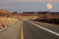 Carretera estrecha que se ejecuta a través de desierto en Israel. Imagen de archivo