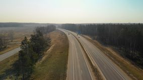 Carretera hermosa que pasa cerca de la opini?n del ojo de p?jaro del bosque metrajes