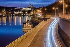 Carretera a la ciudad grande en la noche Castillo praga Fotografía de archivo libre de regalías