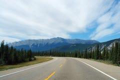Carretera a las montañas rocosas Imágenes de archivo libres de regalías