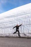 Carretera a lo largo de la pared de la nieve Noruega en primavera Imagenes de archivo