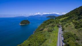 Carretera a lo largo del mar, DOS Reis de Angra de la carretera a Rio de Janeiro fotos de archivo