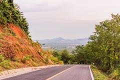 Carretera nacional abajo de la colina, montaña lejos a continuación Fotografía de archivo