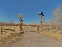 Carretera nacional con el vaquero Greeters Imágenes de archivo libres de regalías