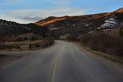 Carretera nacional con las montañas en el fondo fotografía de archivo