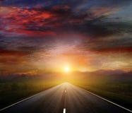 Carretera nacional con un cielo oscuro Foto de archivo