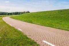 Carretera nacional curvada al lado de un terraplén Foto de archivo