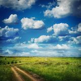 Carretera nacional del verano y campos del cielo nublado hermoso azul Fotografía de archivo