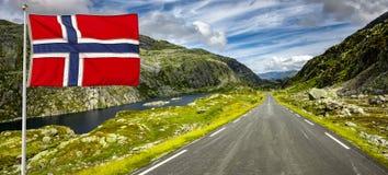 Carretera nacional en Noruega con la bandera imagenes de archivo