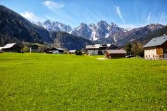 Carretera nacional que lleva a las casas alpinas imagen de archivo libre de regalías