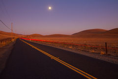 Carretera nacional romántica en la oscuridad fotos de archivo libres de regalías
