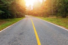 Carretera nacional vacía en la puesta del sol Imagen de archivo