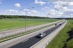 Carretera nuevamente asfaltada en campo Imagen de archivo libre de regalías