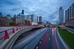 Carretera ocupada de la ciudad en el crepúsculo. Fotografía de archivo