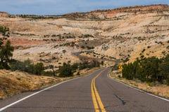 Carretera pavimentada en el barranco y el país del Mesa de Utah meridional Foto de archivo