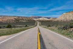 Carretera pavimentada en el barranco y el país del Mesa de Utah meridional Imagenes de archivo