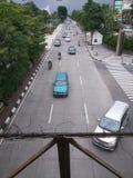 Carretera principal de la ciudad con el coche y la motocicleta imagenes de archivo