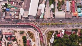 Carretera que cruza en zona rural de una plantaci?n verde de una opini?n en Tailandia, visi?n superior del ojo de p?jaro metrajes