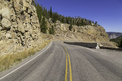 Carretera que lleva a través de Yellowstone Imágenes de archivo libres de regalías