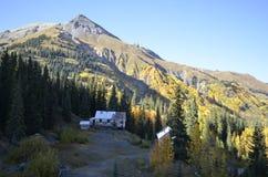 Carretera roja de la montaña de la ciudad de la explotación minera del fantasma de Colorado Fotografía de archivo libre de regalías