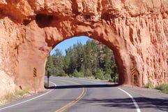 Carretera a través de la arcada de la roca Imagen de archivo