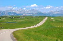 Carretera a través de la pradera Foto de archivo
