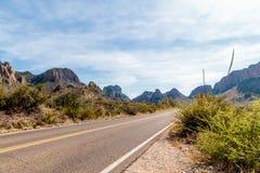 Carretera a través de los barrancos grandes de la curva Fotos de archivo libres de regalías