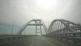 Carretera a través del puente metrajes