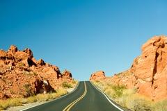 Carretera a través del valle del fuego Imagenes de archivo