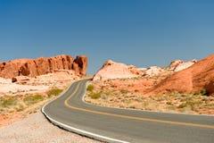 Carretera a través del valle del fuego Foto de archivo libre de regalías