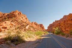 Carretera a través del valle del fuego Fotos de archivo libres de regalías