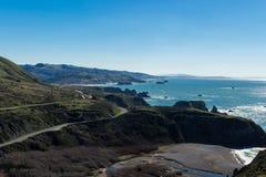 Carretera una que enrolla encima de la costa de North Pacific Imagen de archivo libre de regalías