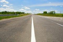 Carretera vacía con el cielo azul Imagen de archivo