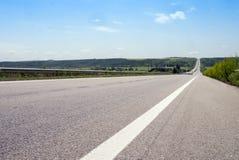 Carretera vacía durante día de verano soleado Foto de archivo libre de regalías