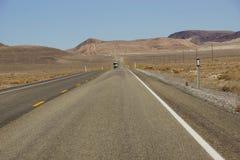 Carretera vacía en alto desierto Imagen de archivo libre de regalías
