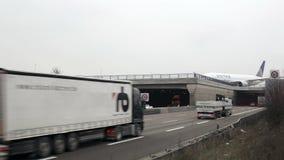 Carretera y aeroplano de carreteo metrajes