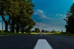 Carretera y campos de asfalto alrededor Fotografía de archivo libre de regalías