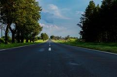 Carretera y campos de asfalto alrededor Imágenes de archivo libres de regalías